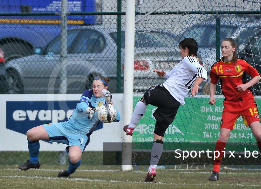 Belgie U17 - Duitsland U17 : Diede Lemey met de redding op de poging van Jasmin Sehan.foto DAVID CATRY / Vrouwenteam.be
