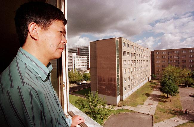 Der 46jaehrige vietnamesische Vertragsarbeiter, Nguyen Thanh, bekommt aufgrund psychosomatischen und inneren Erkrankungen im Gegensatz zu gesunden Landsleuten, keine unbefristete Aufenthaltsgenehmigung, da er aufgrund der Erkrankungen nicht arbeiten kann. Er kam 1987 in die ehemalige DDR und arbeitet bis 1992 als Schneider. Danach begann er eine Ausbildung, die er aufgrund der Erkrankung aber abbrechen mu&szlig;te. Er lebt seitdem fast mittellos im Fluechtlingsheim Gehrenseestrasse in Berlin-Hohenschoenhausen.<br /> 27.8.1998, Berlin<br /> Copyright: Christian-Ditsch.de<br /> [Inhaltsveraendernde Manipulation des Fotos nur nach ausdruecklicher Genehmigung des Fotografen. Vereinbarungen ueber Abtretung von Persoenlichkeitsrechten/Model Release der abgebildeten Person/Personen liegen nicht vor. NO MODEL RELEASE! Nur fuer Redaktionelle Zwecke. Don't publish without copyright Christian-Ditsch.de, Veroeffentlichung nur mit Fotografennennung, sowie gegen Honorar, MwSt. und Beleg. Konto: I N G - D i B a, IBAN DE58500105175400192269, BIC INGDDEFFXXX, Kontakt: post@christian-ditsch.de<br /> Bei der Bearbeitung der Dateiinformationen darf die Urheberkennzeichnung in den EXIF- und  IPTC-Daten nicht entfernt werden, diese sind in digitalen Medien nach &sect;95c UrhG rechtlich geschuetzt. Der Urhebervermerk wird gemaess &sect;13 UrhG verlangt.]
