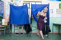 Atene,17 giugno 2012 elezioni politiche nazionali: una donna esce dalla cabina elettorale in un seggio della citt&agrave;.<br /> Athens, June 17, 2012 national elections, voting<br /> Ath&egrave;nes, Juin 17, 2012 &eacute;lections nationales, les bureaux de vote