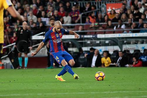 19.11.2016. Nou Camp, Barcelona, Spain. La Liga Football. Barcelona versus Malaga. Mascherano with a through ball during the match