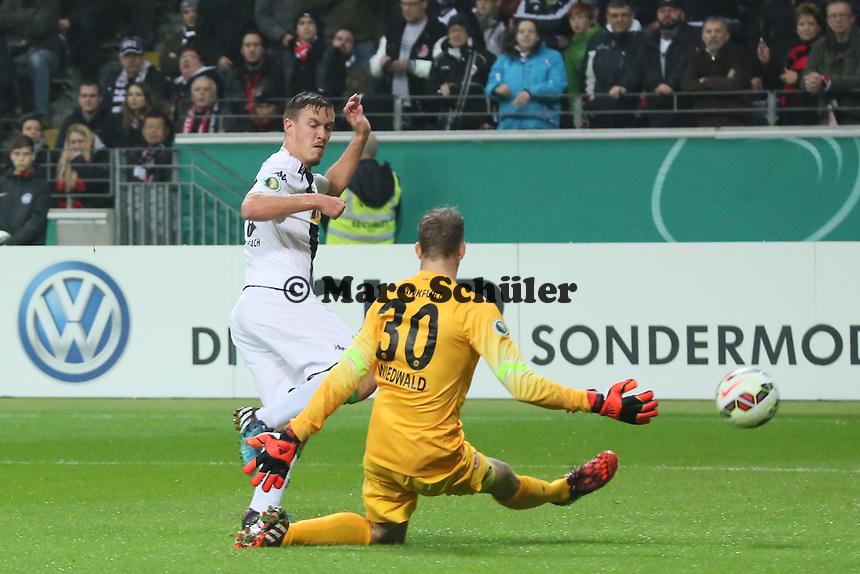 Max Kruse (Gladbach) gegen Felix Wiedwald (Eintracht) - Eintracht Frankfurt vs. Borussia Mönchengladbach, DFB-Pokal 2. Runde, Commerzbank Arena