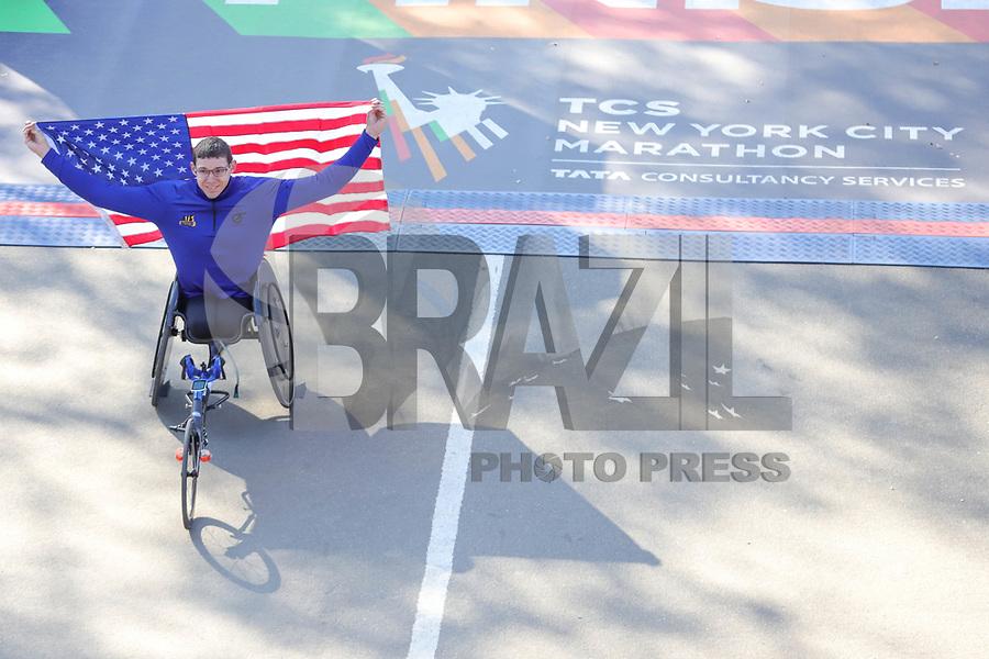 Nova York (EUA), 03/11/2019 - Maratona de Nova York - Daniel Romanchuk, dos EUA, posa depois de cruzar a linha de chegada para vencer o Mens Professional Wheelchair Athlete Finish durante a maratona TCS New York City 2019 em Nova York em 3 de novembro de 2019. (Foto: William Volcov/Brazil Photo Press)