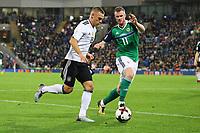 Joshua Kimmich (Deutschland, Germany) gegen Chris Brunt (Nordirland, Northern Ireland) - 05.10.2017: Nordirland vs. Deutschland, WM-Qualifikation Spiel 9, Windsor Park Belfast