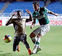 CALI -COLOMBIA-27-02-2014. Nestor Camacho (Der) del Deportivo Cali disputa el balón con Carlos Arboleda (Izq) de Itaguí durante partido por la fecha 8 de la Liga Postobón I 2014 jugado en el estadio Pascual Guerrero de la ciudad de Cali./ Deportivo Cali player Nestor Camacho (R) fights for the ball with Itagui player Carlos Arboleda (L) during match for the 8th date of Postobon League I 2014 played at Pascual Guerrero stadium in  Cali city.Photo: VizzorImage/ Juan C. Quintero /STR