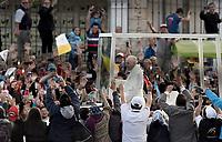 BOGOTÁ - COLOMBIA, 06-09-2017:  El Papa Francisco saluda a los habitantes de Bogotá a su llegada a Colombia. El Papa Francisco realiza la visita apostólica a Colombia entre el 6 y el 11 de septiembre de 2017 llevando su mensaje de paz y reconciliación por 4 ciudades: Bogotá, Villavicencio, Medellín y Cartagena. / Pope Francisco greet the public in Bogota during his arrive to Colombia. Pope Francisco makes the apostolic visit to Colombia between September 6 and 11, 2017, bringing his message of peace and reconciliation to 4 cities: Bogota, Villavicencio, Medellin and Cartagena Photo: VizzorImage / Gabriel Aponte / Staff