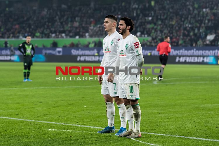 01.12.2019, Volkswagen Arena, Wolfsburg, GER, 1.FBL, VfL Wolfsburg vs SV Werder Bremen<br /> <br /> DFL REGULATIONS PROHIBIT ANY USE OF PHOTOGRAPHS AS IMAGE SEQUENCES AND/OR QUASI-VIDEO.<br /> <br /> im Bild / picture shows<br /> Milot Rashica (Werder Bremen #07), <br /> Leonardo Bittencourt (Werder Bremen #10) bilden eine Zwei-Mann-Mauer<br /> <br /> Foto © nordphoto / Ewert