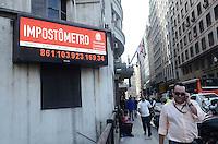 SAO PAULO, 24 DE JULHO DE 2012 - IMPOSTOMETRO - Impostometro atinge marca de 861 bilhoes arrecadados na tarde desta terca feira, regiao central da capital. FOTO: ALEXANDRE MOREIRA - BRAZIL PHOTO PRESS