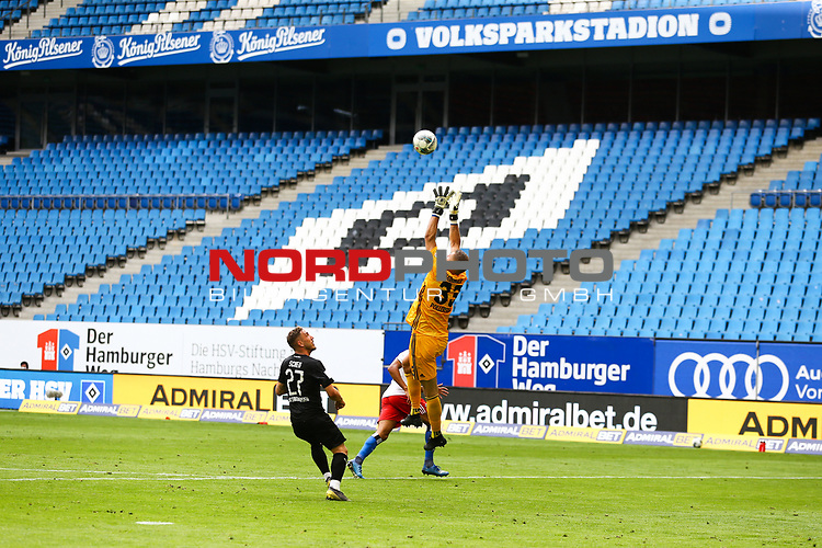 Sandhausens Robin Scheu und Hamburgs Torwart Julian Pollersbeck beim Spiel Hamburger SV gegen den  SV Sandhausen in Hamburg / 280620<br />