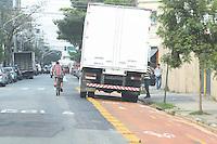 SAO PAULO, SP, 17.10.2014 - CICLOFAIXA - Caminhao é visto estacionado na ciclofaixa da Rua Salon na regiao oeste da cidade de Sao Paulo nesta sexta-feira, 17. (Foto: Vanessa Carvalho / Brazil Photo Press).
