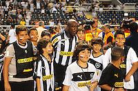 RIO DE JANEIRO, RJ, 22 DE JULHO 2012 - CAMPEONATO BRASILEIRO - BOTAFOGO X GRÊMIO - Seedorf, jogador do Botafogo, antes da partida contra o Grêmio, pela 11a rodada do campeonato Brasileiro, no Stadium Rio (Engenhao), na cidade do Rio de Janeiro, neste domingo, 22. FOTO BRUNO TURANO  BRAZIL PHOTO PRESS