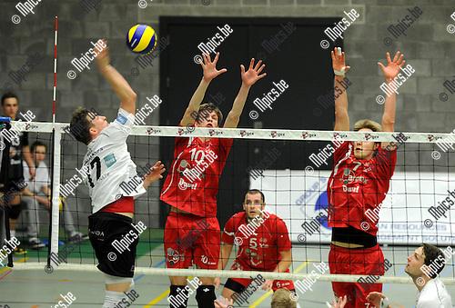 2013-02-23 / Volleybal / seizoen 2012-2013 / Puurs - Antwerpen / Baetens (Antwerpen) tegenover Cox en Van Walle (r.)..Foto: Mpics.be
