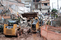 SAO BERNARDO DO CAMPO, SP, 23 de Maio 2013 - DESABAMENTO DE CASA EM SAO BERNARDO DO CAMPO - SP Uma casa de três andares desabou por volta das 12h desta quinta-feira em São Bernardo do Campo, no ABC Paulista. Pelo menos uma vítima estaria debaixo dos escombros. Ela está consciente e o Corpo de Bombeiros trabalha para resgatá-la. O acidente ocorreu na Rua 26 de março, número 573, próximo à Rua Bragança. Oito viaturas dos bombeiros e o helicóptero Águia 15, da PM (Polícia Militar) foram envidas ao local. A Eletropaulo já foi acionada para verificar o fornecimento de energia elétrica da região. As causas do acidente ainda são desconhecidas. FOTO:ADRIANO LIMA / BRAZIL PHOTO PRESS).