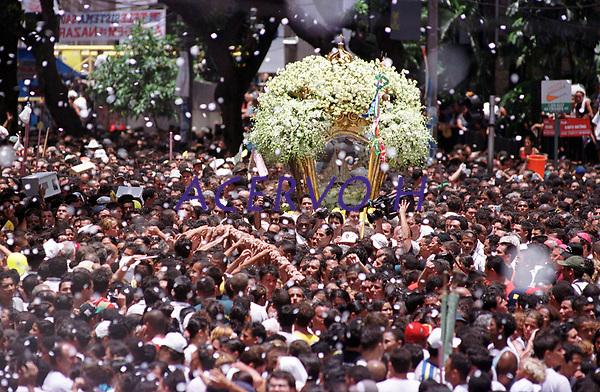 Promesseiros levantam a corda que seguram em pagamento de promessas feitas a Nossa Senhora de Nazar&eacute;  tendo ao fundo a berlinda que leva a imagem da santa , no decorrer da prociss&atilde;o que ocorre a mais de 200 anos em Bel&eacute;m Par&aacute; Brasil<br />As estimativas s&atilde;o de mais de 1.500.000 pessoas acompanhando a prociss&atilde;o<br />08/10/2000<br />Foto Paulo Santos/Interfoto.