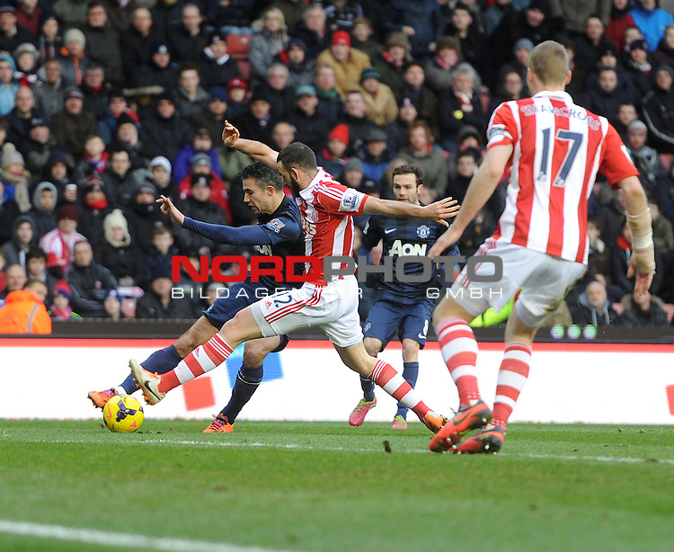 Manchester United's Robin van Persie looks to cross the ball. -  01/02/2014 - SPORT - FOOTBALL - Britannia Stadium - Stoke-On-Trent - Stoke v Manchester United - Barclays Premier League<br /> Foto nph / Meredith<br /> <br /> ***** OUT OF UK *****