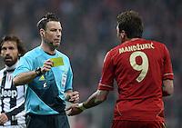 FUSSBALL  CHAMPIONS LEAGUE  VIERTELFINALE  HINSPIEL  2012/2013      FC Bayern Muenchen - Juventus Turin       02.04.2013 Schiedsrichter Mark Clattenburg zeigt Mario Mandzukic (re, FC Bayern Muenchen) die Gelbe Karte