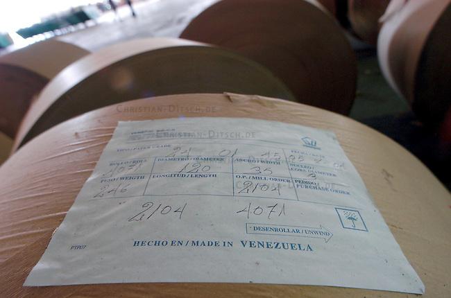 Besetzte Papierfabrik Venepal in Moron im Bundesstaat Carabobo<br /> Seit September 2004 ist die Papierfabrik Venepal (Venezuela Papel) geschlossen der Besitzer hat trotz guter Wirtschaftslage und finanzieller Zusagen der Regierung die Papierherstellung eingestellt. 350 Arbeiter und Angestellte haben daraufhin das Werkbesetzt und fordern die Ueberfuehrung der Farbrik in nationales Eigentum in gemeinsamer Verantwortung von Arbeitern und Staat.<br /> Im Juli 2003 wurde das Werk zum ersten Mal gecshlossen. Die Produktion wurde damals auf Druck der Arbeiter und Zusagen der Regierung wieder aufgenommen, der Firmenchef hielt seine Zusagen jedoch nicht ein.<br /> Dank Unterstuetzung der Bevoelkerung der Umgebung und des Gewerkschaftsdachverbandes UNT halten die Arbeiter im Werk aus und verhandeln mit der Regierung.<br /> Hier: Papierrollen fuer die Herstellung von Papiertueten.<br /> 13.11.2004, Moron / Venezuela<br /> Copyright: Christian-Ditsch.de<br /> [Inhaltsveraendernde Manipulation des Fotos nur nach ausdruecklicher Genehmigung des Fotografen. Vereinbarungen ueber Abtretung von Persoenlichkeitsrechten/Model Release der abgebildeten Person/Personen liegen nicht vor. NO MODEL RELEASE! Nur fuer Redaktionelle Zwecke. Don't publish without copyright Christian-Ditsch.de, Veroeffentlichung nur mit Fotografennennung, sowie gegen Honorar, MwSt. und Beleg. Konto: I N G - D i B a, IBAN DE58500105175400192269, BIC INGDDEFFXXX, Kontakt: post@christian-ditsch.de<br /> Bei der Bearbeitung der Dateiinformationen darf die Urheberkennzeichnung in den EXIF- und  IPTC-Daten nicht entfernt werden, diese sind in digitalen Medien nach &sect;95c UrhG rechtlich geschuetzt. Der Urhebervermerk wird gemaess &sect;13 UrhG verlangt.]