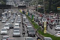 SAO PAULO, SP, 04 DE DEZEMBRO DE 2012 - Transito intenso na Avenida 23 de Maio, altura do Parque do Ibirapuera, regiao sul da capital, nesta terca feira, 04. FOTO: ALEXANDRE MOREIRA - BRAZIL PHOTO PRESS
