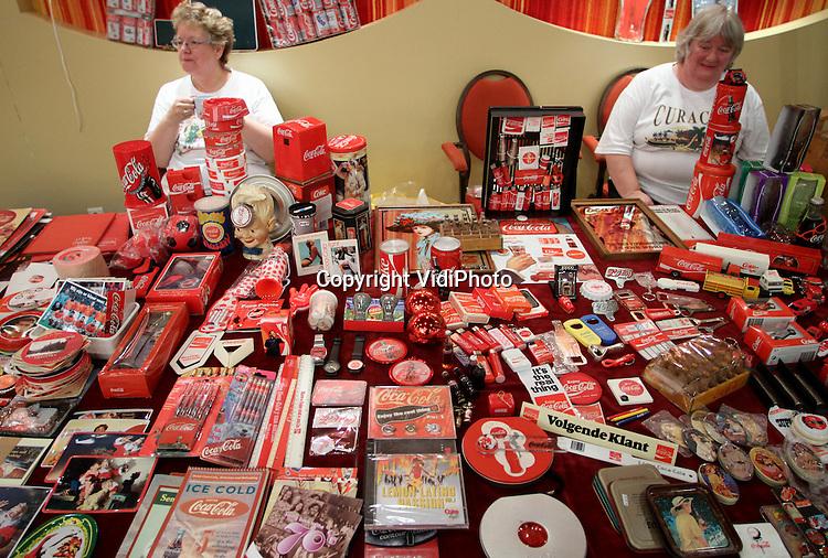 MIJDRECHT - In De Meijert in Mijdrecht is maandag Tweede Pinksterdag de Internationale verzamelaarsbeurs van Coca-Cola gehouden. Tal van verzamelaars uit heel Europa trokken naar Mijdrecht om Coca-Cola items te zoeken die ze nog niet in hun verzameling hadden.