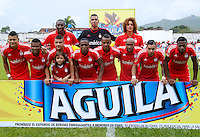 BUGA -COLOMBIA-14-03-2015. Jugadores de América posan para una foto previo al encuentro entre América de Cali y Universitario de Popayán por la fecha 5 del Torneo Aguila 2015 jugado en el estadio Hernando Azcarate de la ciudad de Buga./ Players of America pose to a photo prior the match between America de Cali and Universitario de Popayan for the 5th date of Aguila Tournament 2015  played at Hernando Azcarate stadium in Buga city. Photo: VizzorImage/Juan C. Quintero/STR