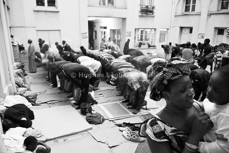Men pray in the patio as women play with the children. Most workers are muslims, from African origin, and group prayers are regularly held.