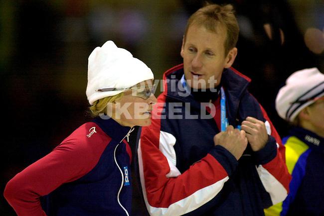 Europees kampioenschap allround heerenveen seizoen 2002-2003 annette bjelkovik na de 3000 meter met haar coach