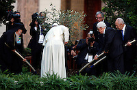 Da sinistra, il Patriarca Ecumenico Bartolomeo I, Papa Francesco, il presidente palestinese Mahmoud Abbas ed il presidente israeliano Shimon Peres piantano una piantina d'ulivo al termine dell'Invocazione per la Pace in Medio Oriente, nei Giardini della Citta' del Vaticano, 8 giugno 2014.<br /> From left, Ecumenical Patriarch Bartholomew I, Pope Francis, Palestinian President Mahmoud Abbas and Israeli President Shimon Peres dig the ground to plant an olive tree at the end of the prayer meeting for peace in Middle East at the Vatican Garden 8 June 2014.<br /> UPDATE IMAGES PRESS/Isabella Bonotto<br /> <br /> STRICTLY ONLY FOR EDITORIAL USE