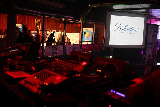 Festival de Musica U>Rock (Universia) en la sala La Riviera, Madrid. Presentado por Guillem Caballe, de MTV. Con los grupos: La sonrisa de Julia, Sidecars, The NewBorn, Mares, Sons of Rock, Alem y Terminal 6.