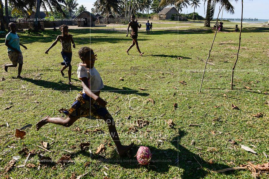 MADAGASCAR, canal des Pangalanes, village ANILAVINARY, girls play football with selfmade ball from garbage / MADAGASKAR, canal des Pangalanes, Fischerdorf ANILAVINARY, Maedchen spielen Fussball mit selbstgemachtem Ball aus Abfall