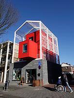 Nederland  Eindhoven. 2018.  Straat in Woensel West. Deze woonbuurt is onderdeel van de herstructurering van de wijk .  Baeken Woensel-West van Bas Termeer. In dit gebouw is een hotel gevestigd : Yetty's Place.   Foto Berlinda van Dam / Hollandse Hoogte