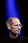 """ARCHIV: Steve Jobs (1955-2011) , damaliger Geschaeftsfuehrer von Apple, steht waehrend einer Grundsatzrede bei der """"Apple Worldwide Developers Conference"""" in San Franciso (USA) im blauen Scheinwerferlicht (Foto vom 06.06.11). Steve Jobs starb am 05. Oktober 2011 in Palo Alto, Kalifornien..Foto: Paul Sakuma/AP/dapd"""