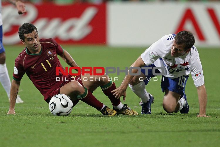 FIFA WM 2006 -  Round of Sixteen - / Viertelfinale <br /> Play     #52 (25-Jun) - Portugal vs Niederlande ( Holland ) 1:0<br /> <br /> <br /> Zweikampf zwischen Rafael van der Vaart und Sabrosa Simao und <br /> <br /> <br /> Foto &copy; nordphoto