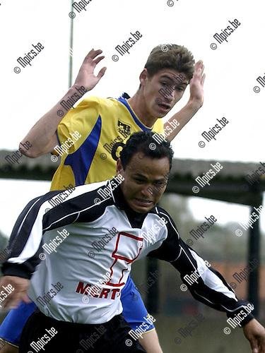 Maxime Van Hemeldonck (achter) in actie tijden de wedstrijd tegen Vlimmeren.