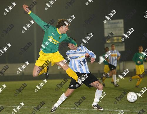 2009-02-28 / Voetbal / Sint -Lenaarts - Geel-Meerhout / Hans Bevers (L, Sint-Lenaarts) met Glenn van der Sanden..Foto: Maarten Straetemans (SMB)