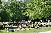 Nederland Amsterdam .  Relaxen in het Westerpark.  Foto Berlinda van Dam / Hollandse Hoogte