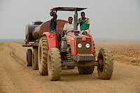 ETHIOPIA Gambela, Abobo, farm land of company Saudi Star Agricultural Development owned by Mohamed al-Amoudi, it was former a cooperative farm developed under the DERG Regime with soviet aid, water transport with tractor during dry season / AETHIOPIEN Gambella, Abobo, grosse Farm der Firma Saudi Star Agricultural Development  des Eigentuemer Mohamed al-Amoudi, Wassertransport mit Traktor