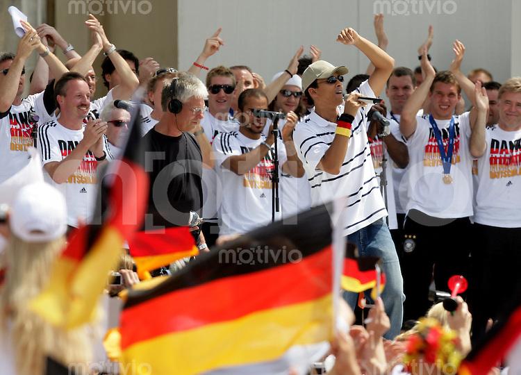 Fussball WM 2006  Finale , 24Stunden Endspiel   Empfang der deutschen Nationalmannschaft auf der Fanmeile am Brandenburger Tor. Die Mannschaft singt zusammen mit Xavier NAIDOO vor den Fans