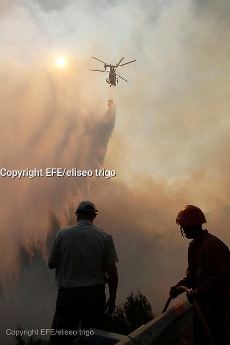 Fecha: 12-09-2013. (Lugo) Incendios en Galicia, En la imagen incendio declarado de nivel 1 en A Fonsagrada, (Lugo). Fotos en el pueblo de Liñares de Vidul, que esta tarde vivió algún momento tenso. Foto: EFE/eliseo trigo