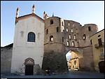 Porta Savoia e la Cattedrale di San Giusto a Susa