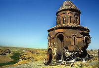 Turchia, Ani, Anatolia orientale. Rovine dell'antica città medioevale capitale del regno di Armenia, nella provincia di Kars, ai confini dell'attuale Armenia..Turkey Ani, Eastern Anatolia. Ruins of an uninhabited medieval Armenian city-site situated in the Turkish province of Kars near the border with Armenia. It was once the capital of a medieval Armenian Kingdom that covered much of present day Armenia and eastern Turkey..