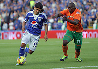 BOGOTA-COLOMBIA-16-02-2013 . Fredy Montero  de Millonarios ( Izquierda ) disputa el balón con Yilmar Angulo  del   Envigado en el  estadio  El Campin. . Millionaire Fredy Montero  (Right ) fights for the ball with Yilmar Angulo  of Envigado at El Campin stadium....( Photo / VizzorImage / Felipe Caicedo / Staff).