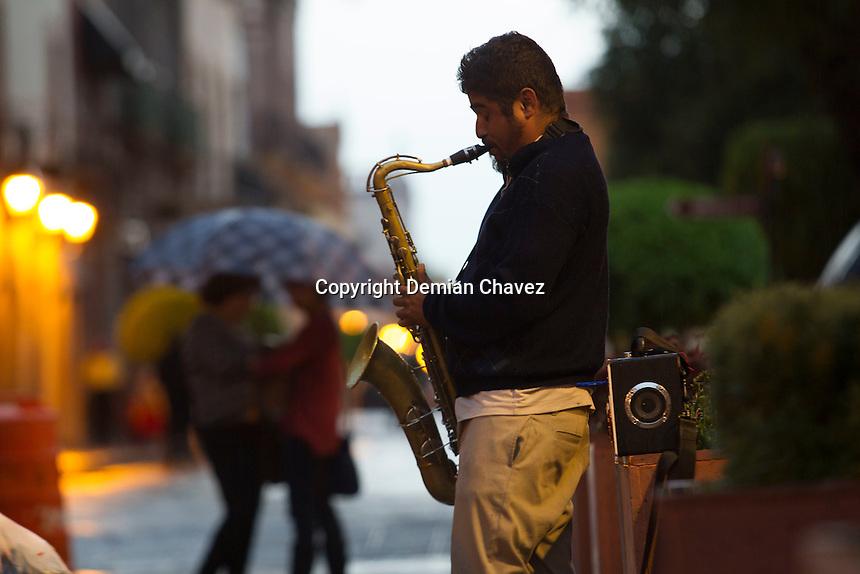 Quer&eacute;taro, Qro. 23 de agosto de 2015.- Un jazzista solitario toca su saxof&oacute;n en la calle de Madero mientras inicia la tarde en el centro hist&oacute;rico de la capital Queretana. <br /> <br /> <br /> Foto: Demian Ch&aacute;vez