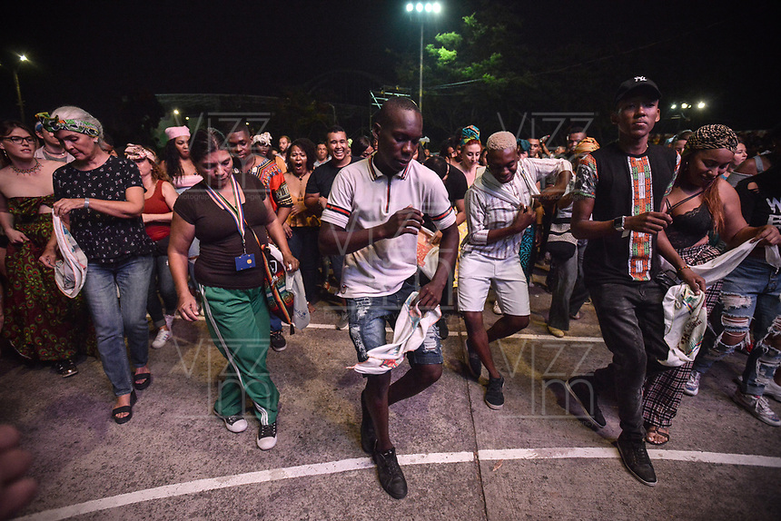 CALI - COLOMBIA. 16-08-2019: Asistentes hacen coreografías improvisadas al son de los grupos musicales participantes durante el tercer día del XXIII Festival de Música del Pacífico Petronio Alvarez 2019 el festival cultural afro más importante de Latinoamérica y se lleva acabo entre el 14 y el 19 de agosto de 2019 en la ciudad de Cali. / Assistants make an improvised choreographies with to the sound of the groups participating in the contest during the XXIII Pacific Music Festival Petronio Alvarez 2019 that is the most important afro descendant cultural festival of Latin America and takes place between August 14 and 19, 2019, in Cali city. Photo: VizzorImage/ Gabriel Aponte / Staff