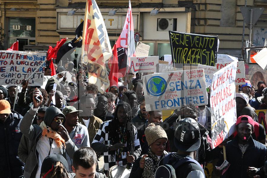 NAPOLI, ITALIA, 01.03.2017 - PROTESTO-ITALIA - <br /> Encontro anti-racista em Napoli na Italia nesta quarta-feira, 01. Prociss&atilde;o pela cidade, iniciativa organizada por ocasi&atilde;o da jornada internacional de a&ccedil;&atilde;o e greve de imigrantes, refugiados e pol&iacute;ticas anti-racistas contra a discrimina&ccedil;&atilde;o. (Foto: Salvatore Esposito/Brazil Photo Press)