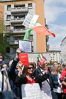 Processo Mills. Alcuni cittadini contestano Berlusconi fuori dal tribunale. Milano, 9 maggio 2011...Mills Trial. Citizens deny Berlusconi in front of tha lawcourt. Milan, May 9, 2011