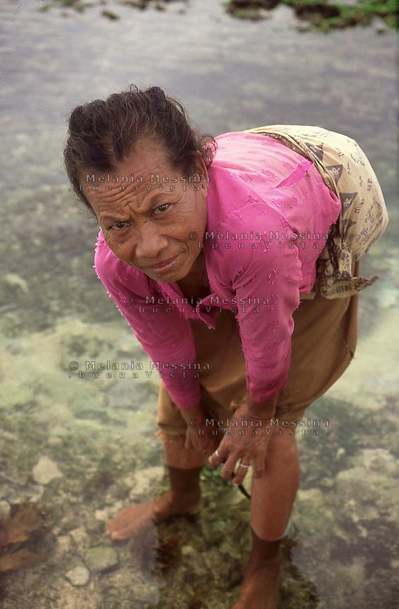 Indonesia, Java Island: harvester of seaweed.<br /> Indonesia, isola di Giava, raccoglitrice di alghe.