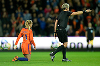 GRONINGEN -  Voetbal, Nederland - Noorwegen, Noordlease stadion, WK kwalificatie vrouwen, 24-10-2017,    arbiter Jana Adamkova wijst naar het midden Nederland speelster Jackie Groenen lijkt het nog niet te beseffen