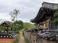 Haus beim Grabh&uuml;gel Bonghwadae im Noseodong--Park, Gyeongju, Provinz Gyeongsangbuk-do, S&uuml;dkorea, Asien, UNESCO-Weltkulturbe<br /> House at burial mound Bonghwadae in Noseodong park, Gyeongju,  province Gyeongsangbuk-do, South Korea, Asia, UNESCO world-heritage