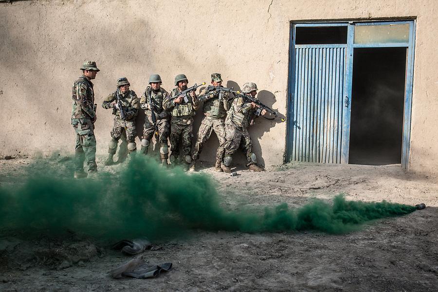 Soldiers of the Afghan National Army (ANA) are training in the Special Forces Commando base in the outskirt of Kabul. This exercices consist on an ambush on the ennemies, Kabul, Afghanistan, 4th November 2017.<br /> <br /> Des soldats de l'armée nationale afghane (ANA) s'entraînent dans la base du commando des forces spéciales dans la banlieue de Kaboul. Cet exercice consiste à une ambuscade de l'ennemi, Kaboul, Afghanistan, le 4 novembre 2017.