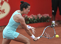 BOGOTA - COLOMBIA - 16-04-2016: Lara Arruabarrena de España, devuelve la bola a Irina Falconi de Estados Unidos,   durante partido por el Claro Colsanitas WTA, que se realiza en el Club El Rancho de Bogota. / Lara Arruabarrena of Spain, returns the ball to Irina Falconi of United States, during a match for the WTA Claro Colsanitas, which takes place at Club El Rancho de Bogota. Photo: VizzorImage / Luis Ramirez / Staff.