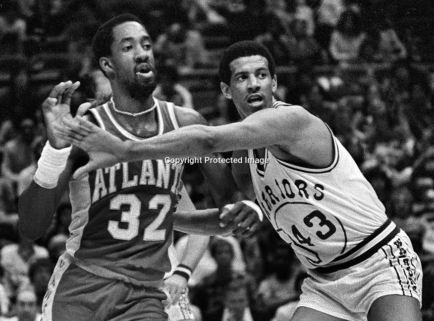 Golden State Warriors Wayne Cooper guarding Atlanta Hawks Dan Roundfield #32.(1980 photo/Ron Riesterer)